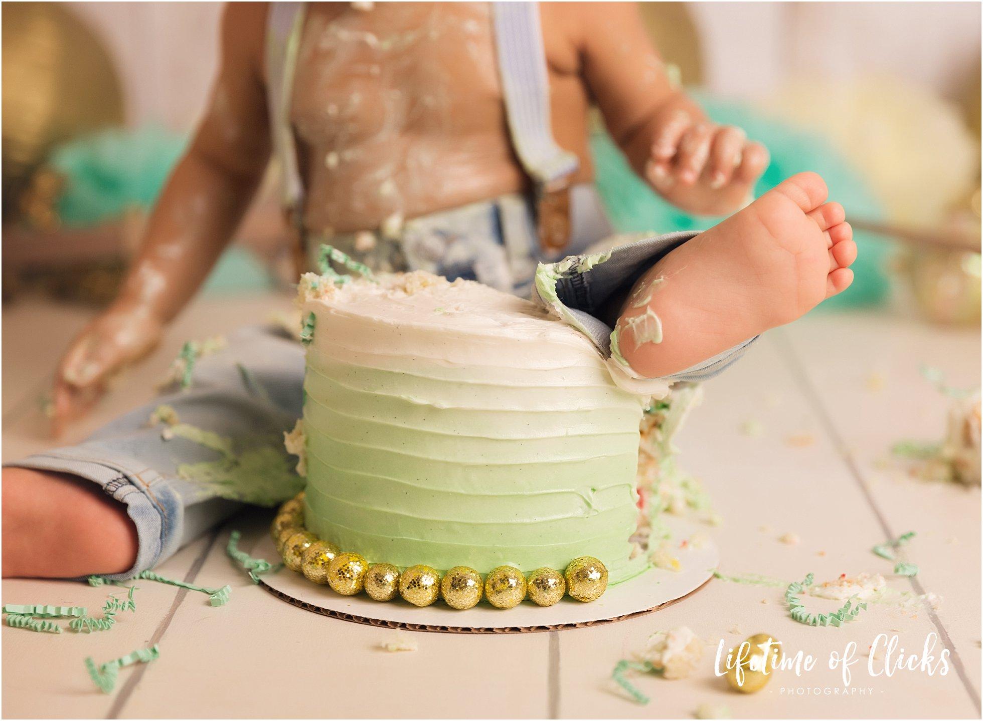 Photo of little feet and custom-designed birthday cake at Houston Cake Smash Session