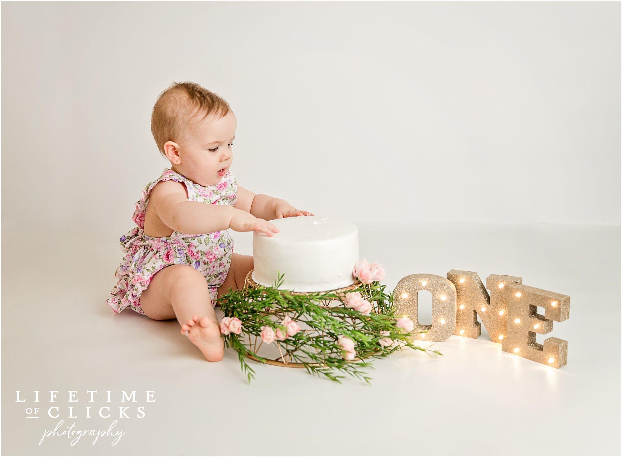 Cake smash session for little girl