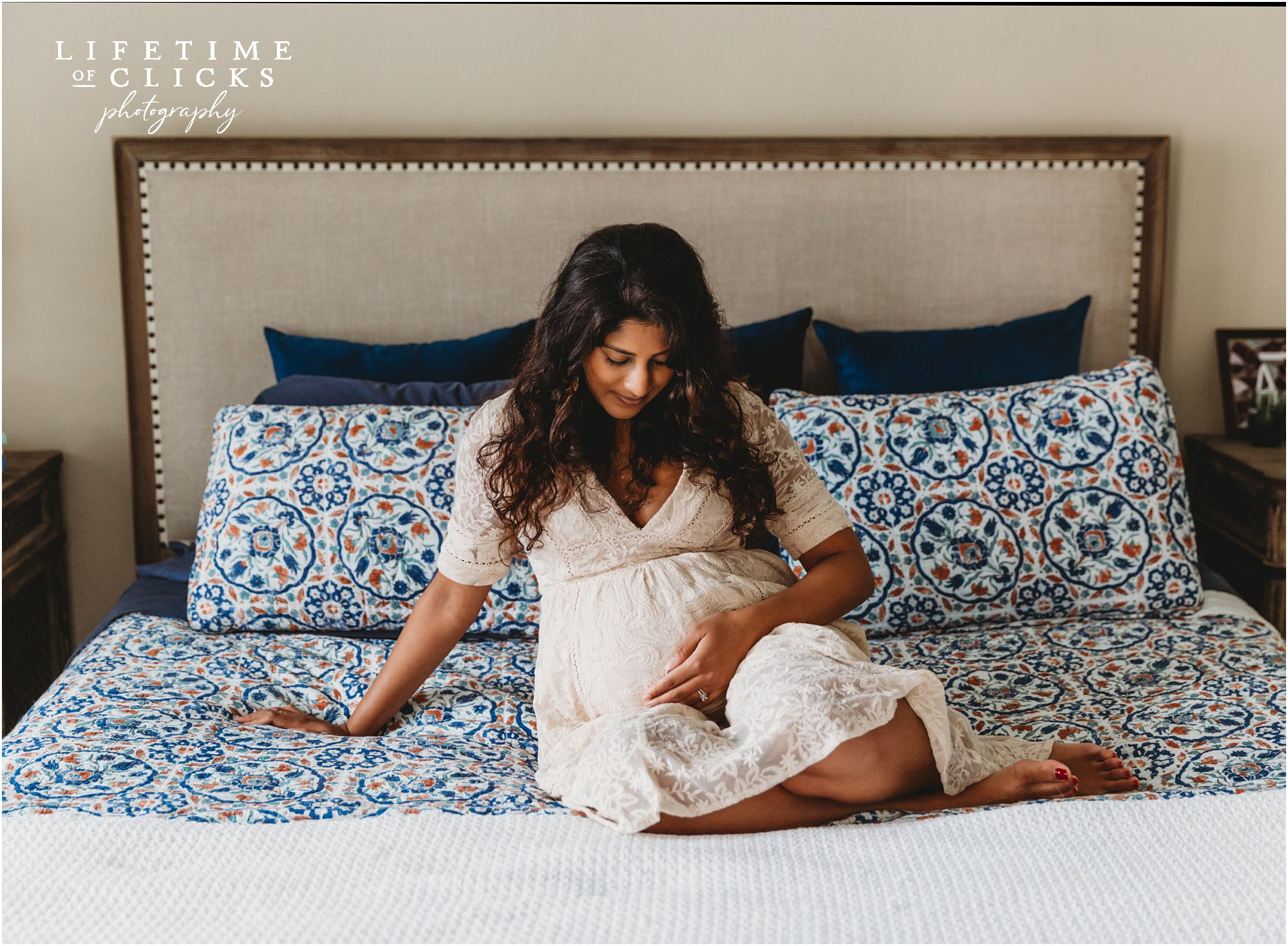 lifestyle maternity photo in bedroom