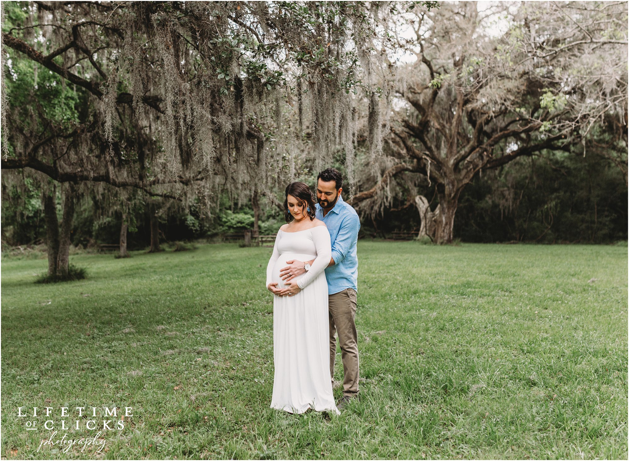 maternity photos with moss trees in the background